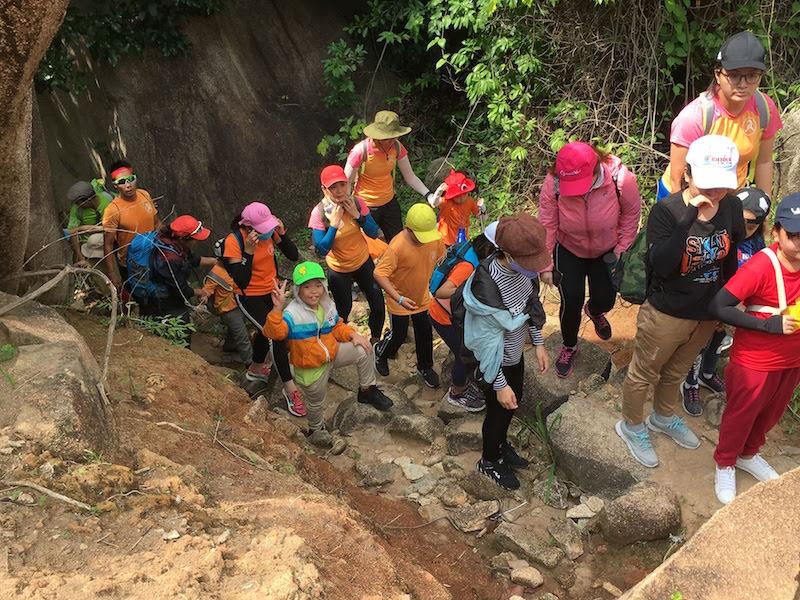 Cả đoàn cùng xuất phát Chinh phục Núi Chứa Chan
